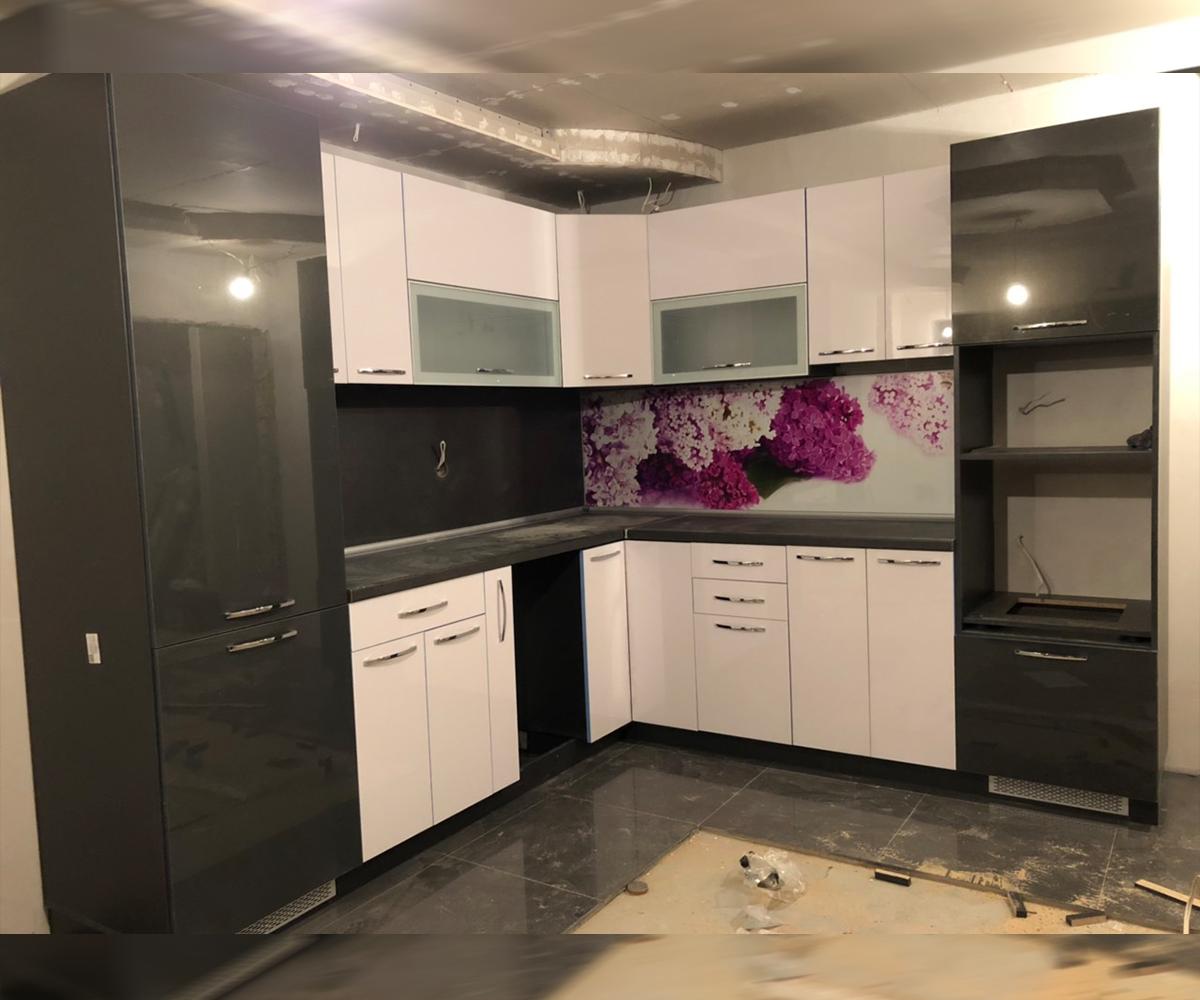 Ъглова кухня по поръчка в дава цвята